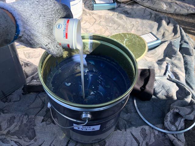 上塗り塗料缶に防カビ剤投入