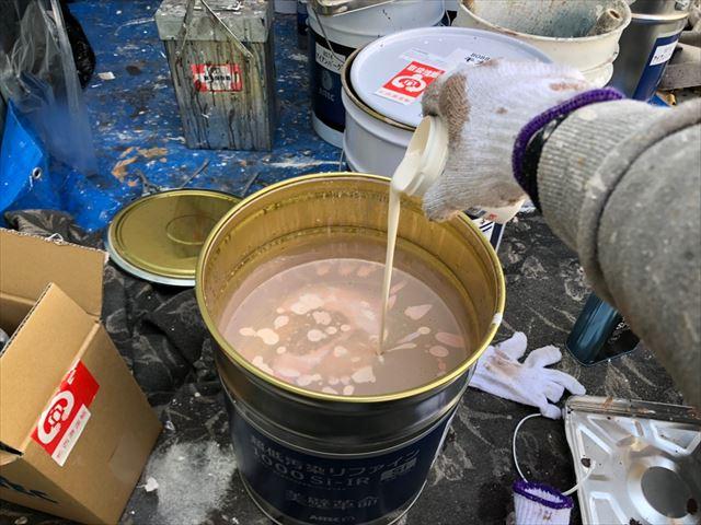 上塗り塗料缶に防カビ剤投入です