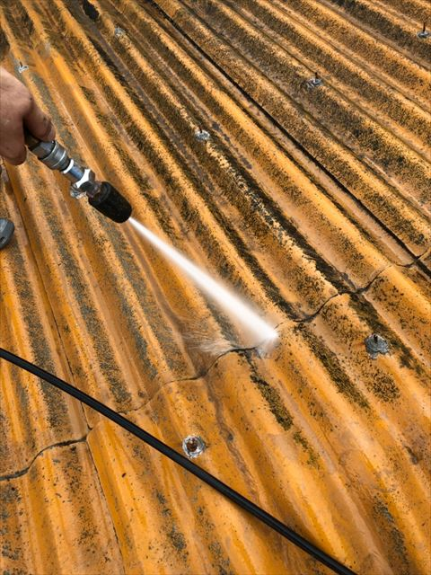 屋根のバイオ洗浄と高圧水洗浄